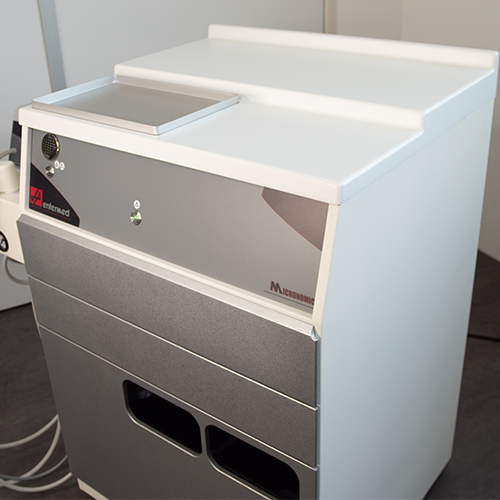The MICRONOMIC® III comes with a metal tray in the recess in its worktop.